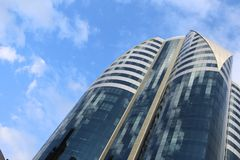 Höghus på en molnig himmel för bakgrund Fotografering för Bildbyråer