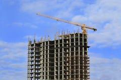 Höghus under konstruktion och kranen Arkivfoto