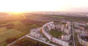 Höghushus och fält på solnedgången arkivfilmer