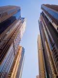 Höghusskyskrapor med blå himmel av den Dubai staden UAE arkivbild