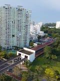 Höghusuppehåll lokaliserar nära MRT-stationen och detaljhandelgallerian som lokaliseras på västra av Singapore Royaltyfri Fotografi