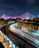 Högkvalitativt långt exponeringsskott av den berömda Howrah bron i Kolkata Indien Härliga bilslingor arkivbild