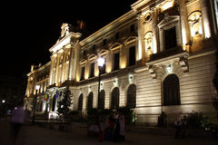 Högkvarter av National Bank av Rumänien på natten Arkivbild