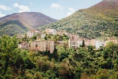 Höglands- stad i Italien överst av berget Royaltyfria Bilder