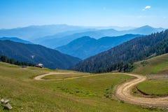 Höglands- väg över det Zigana berget Arkivfoton