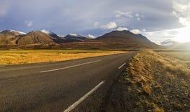 Höglands- väg i Island Arkivfoton