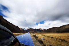 Höglands- väg till Daocheng, bilkörningen Fotografering för Bildbyråer