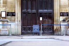 Högskola stängt tecken på konungs porten för högskolaingång, Cambridge, England royaltyfria bilder