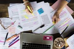 Högskolafolkstudie som lär läs- föreläsningsanmärkningar royaltyfri fotografi