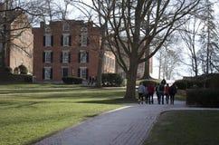 Högskolan turnerar gruppen på universitetsområde Arkivbild