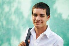 Högskolastudent-stående av att le för ung man Royaltyfri Fotografi