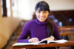 Högskolestudent i klassrum Arkivbild