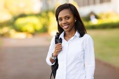 Högskolestudent med ryggsäck royaltyfria bilder