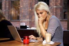 Högskolestudent på cafen Arkivbild