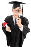 Högskolestudent som ser ho ett förstoringsglas Fotografering för Bildbyråer