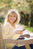 högskolestudent som texting Royaltyfri Fotografi