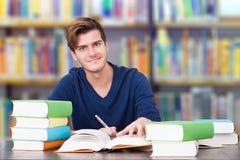 Högskolestudent Studying In Library arkivfoto