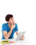 Högskolestudent Thinking som upp till ser det tomma tomma utrymmet Arkivbild