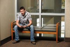 Högskolestudent Using Cellphone royaltyfri bild