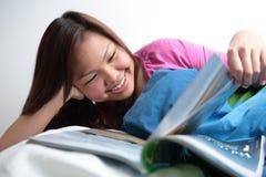 Högskolestudentavläsning i henne underlag Arkivbilder