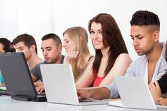 Högskolestudenter som använder bärbara datorer Royaltyfria Foton