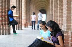 Högskolestudenter som förbereder sig för undersökning Fotografering för Bildbyråer