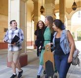 Högskolestudenter som går ut ur grupp Arkivfoton