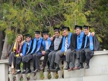 Högskolestudenter som poserar att bära på avläggande av examendag på Berkeley FN arkivbild