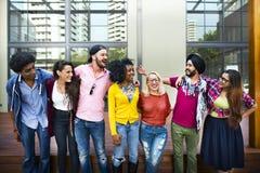 Högskolestudenter som står le tillsammans fotografering för bildbyråer