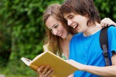 högskolestudenter som studerar universitetar Royaltyfri Bild