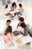 Högskolestudenter som tillsammans studerar Royaltyfri Foto