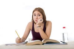 Högskolestudentflickan som studerar för universitetexamen, oroade i tröttad spänningskänsla och provtryck Arkivfoto