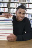 Högskolestudentsammanträde med bunten av bokar Arkivfoton