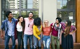 Högskolestudentteamworklycka som ler begrepp arkivbild