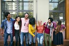 Högskolestudentteamworklycka som ler begrepp arkivfoton