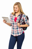 HögskolestudentWith Backpack Using Digital minnestavla Arkivfoton
