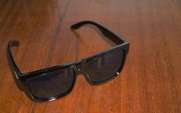 Högsolglasögon på i sommar fotografering för bildbyråer