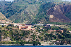 Högstämd bro längs italienska berg Arkivfoton