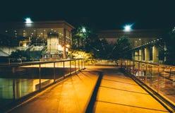 Högstämd gångbana och byggnader på natten i Baltimore, Maryland royaltyfri foto
