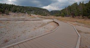 Högstämd gångbana som leder till Firehole sjön i den lägre Geyserhandfatet i den Yellowstone nationalparken i Wyoming USA Arkivfoton