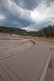 Högstämd gångbana som leder till Firehole sjön i den lägre Geyserhandfatet i den Yellowstone nationalparken i Wyoming USA Royaltyfria Bilder