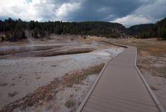 Högstämd gångbana som leder till Firehole sjön i den lägre Geyserhandfatet i den Yellowstone nationalparken i Wyoming USA Arkivfoto