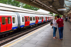 Högstämd gångtunnelstation i London, UK Arkivbild