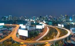 Högstämd huvudväg kurvan av bron i Bangkok cityscape Arkivfoton