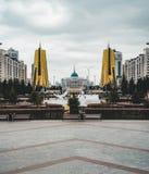 Högstämd panorama- stadssikt över Astana i Kasakhstan med guld- torn aka ölburkarna och den presidents- byggande Aken Royaltyfri Fotografi