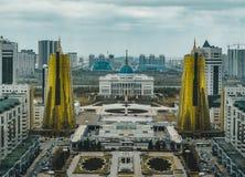 Högstämd panorama- stadssikt över Astana i Kasakhstan med guld- torn aka ölburkarna och den presidents- byggande Aken Royaltyfri Bild