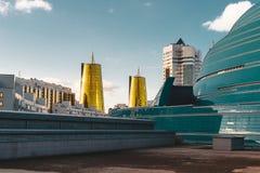 Högstämd panorama- stadssikt över Astana i Kasakhstan med guld- torn aka ölburkarna och den presidents- byggande Aken Royaltyfria Foton
