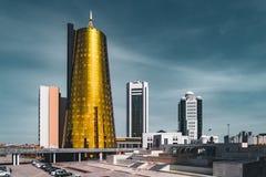 Högstämd panorama- stadssikt över Astana i Kasakhstan med guld- torn aka ölburkarna och den presidents- byggande Aken Royaltyfria Bilder