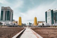 Högstämd panorama- stadssikt över Astana i Kasakhstan med guld- torn aka ölburkarna och den presidents- byggande Aken Royaltyfri Foto