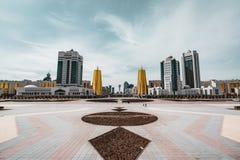 Högstämd panorama- stadssikt över Astana i Kasakhstan med guld- torn aka ölburkarna och den presidents- byggande Aken Arkivbilder